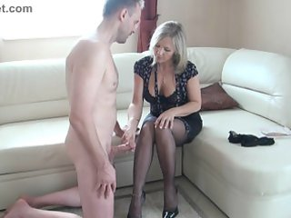 slut aged makes a wank with the feet