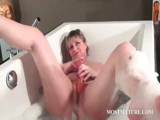 nasty aged masturbates in bathtub