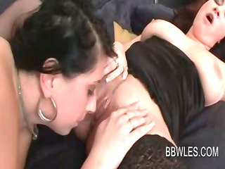 sexy big beautiful woman lesbo receives pussy