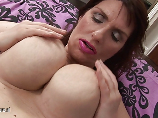 nice-looking big brested amateur mom masturbate