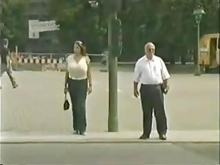 clasico de grandes senos en la calle